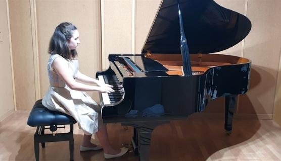 La joven pianista oriolana María Luisa Alfonso se clasifica para la segunda fase del I Concurso de Interpretación Musical On Line de la localidad valenciana de Buñol