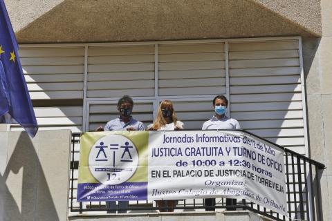El Ayuntamiento de Torrevieja y el Colegio de Abogados desplegan una pancarta para conmemorar el Día de la Justicia Gratuita y del Turno de Oficio, que se celebra el 12 de julio